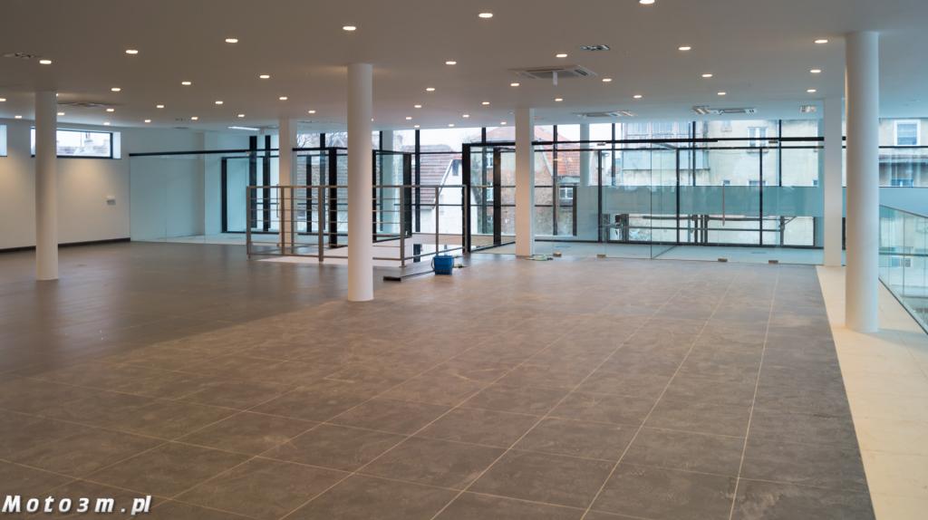 II piętro - hala ekspozycyjna, winda dla samochodów i przeszkolone biura pracowników.