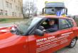 Gdański samorząd dofinansował zakup dwóch samochodów Skoda Fabia, które od teraz będą służyć do nauki zawodu. Za kierownicą - wiceprezydent Gdańska, Piotr Kowalczuk. Fot. Grzegorz Mehring