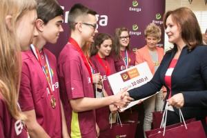 Mariola Zmudzińska, wiceprezes Energa SA wręcza nagrody uczestnikom Odysei Umysłu (fot. Energa)