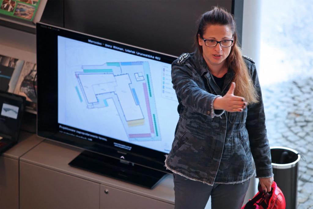 Prezes Zarządu Olga Witman ujawnia szczegóły nowej inwestycji.  Fot. Mercedes-Benz Witman