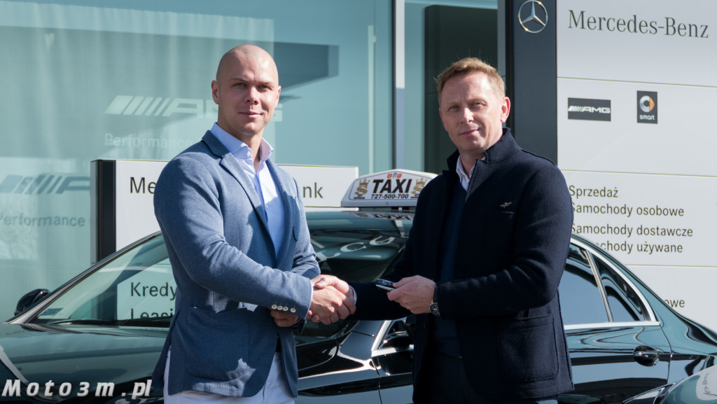 Marek Szybilski, Szef sprzedaży Mercedes-Benz BMG Goworowski (z prawej) symbolicznie przekazuje kluczyki Prezesowi Zarządu S Taxi