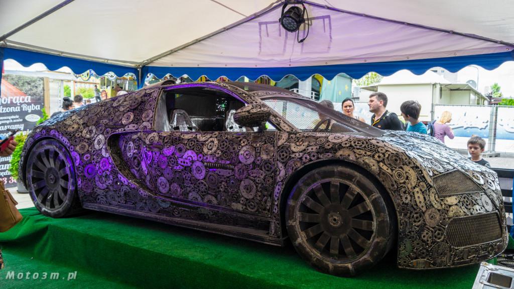 Rzeźba Bugatti Veyron wykonana ze złomu w Gdyni-08449