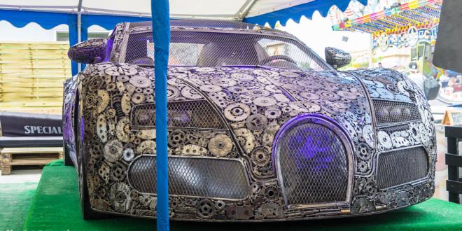 Rzeźba Bugatti Veyron wykonana ze złomu w Gdyni-08461