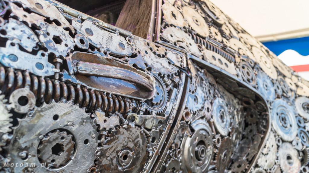 Rzeźba Bugatti Veyron wykonana ze złomu w Gdyni-08470