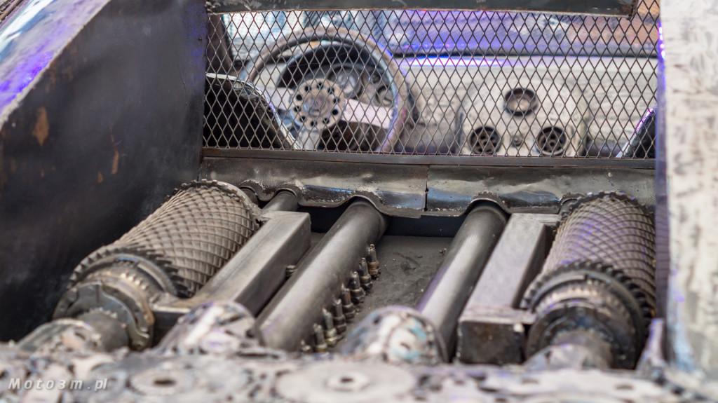 Rzeźba Bugatti Veyron wykonana ze złomu w Gdyni-08480