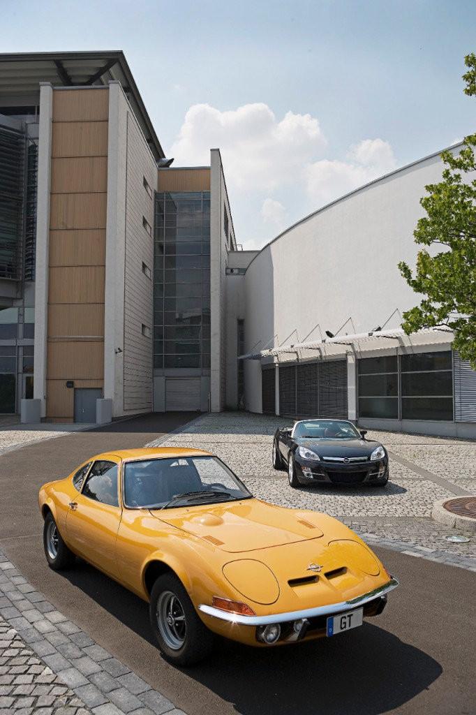 Opel GT z lat 60-tych i współczesny odpowiednik w tle (fot. materiały prasowe)