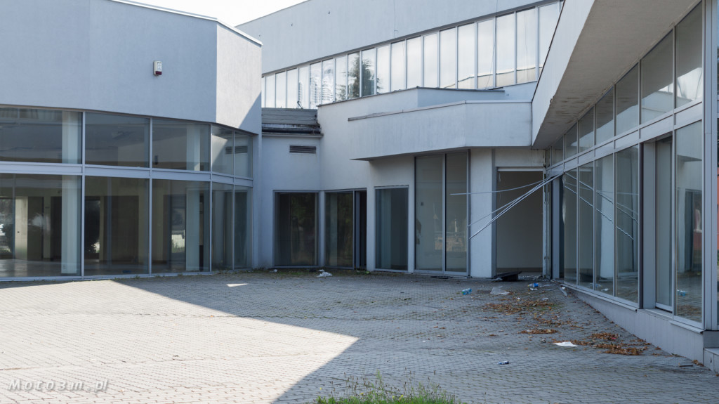 Opustoszały dawny salon Auto Plus na Hallera w Gdańsku-09273