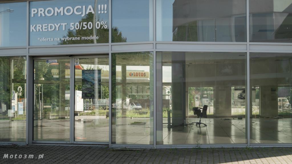Opustoszały dawny salon Auto Plus na Hallera w Gdańsku-09276