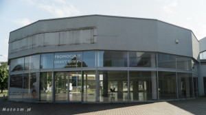 Opustoszały dawny salon Auto Plus na Hallera w Gdańsku-09277