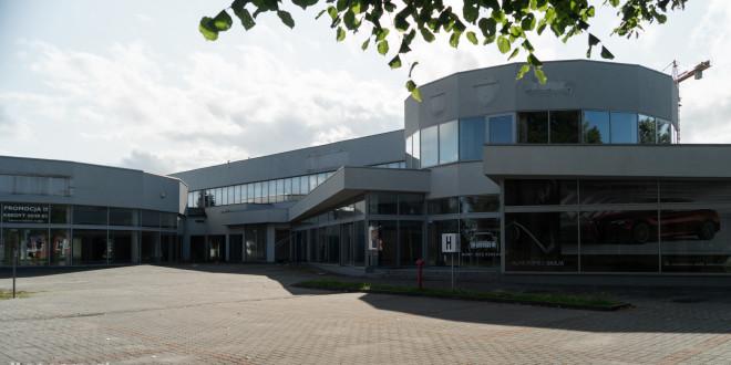 Opustoszały dawny salon Auto Plus na Hallera w Gdańsku-09278