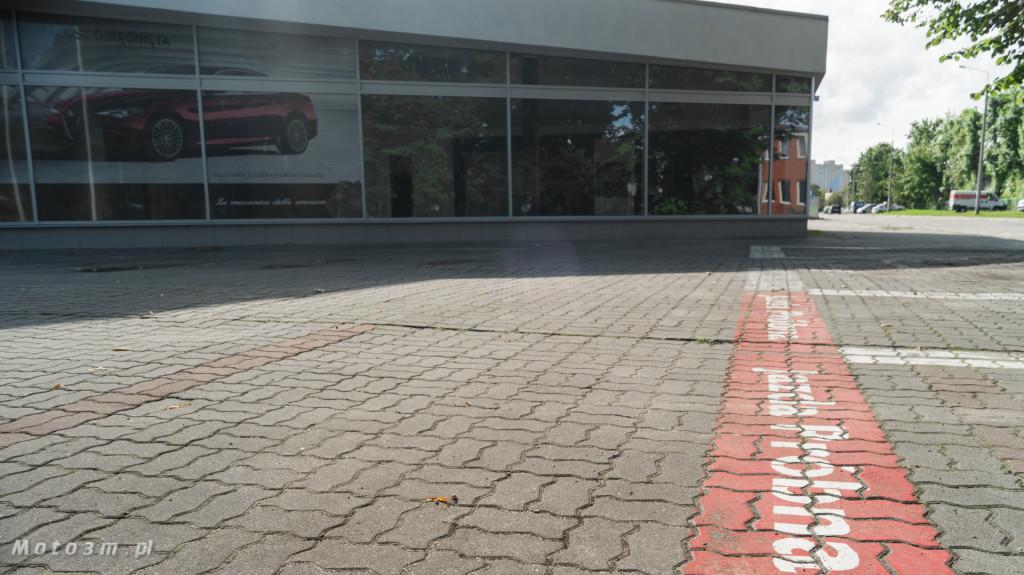 Opustoszały dawny salon Auto Plus na Hallera w Gdańsku-09280
