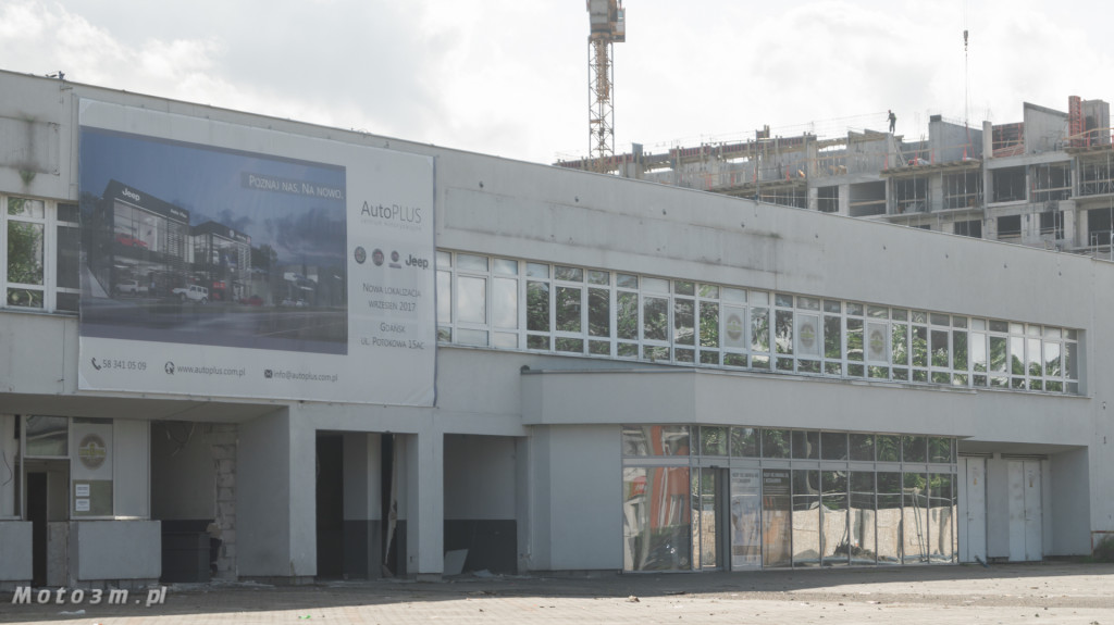 Opustoszały dawny salon Auto Plus na Hallera w Gdańsku-09282