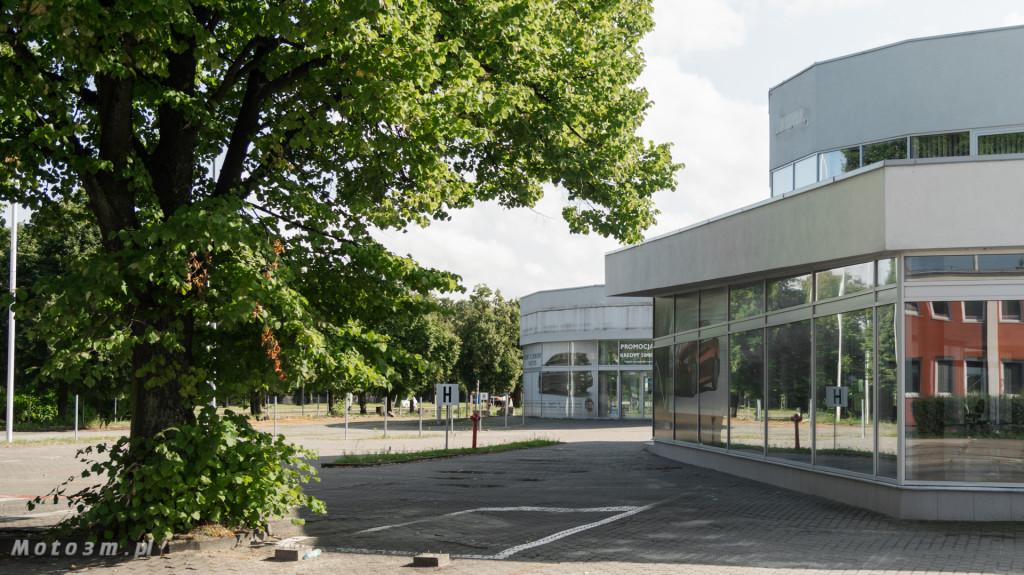 Opustoszały dawny salon Auto Plus na Hallera w Gdańsku-09286