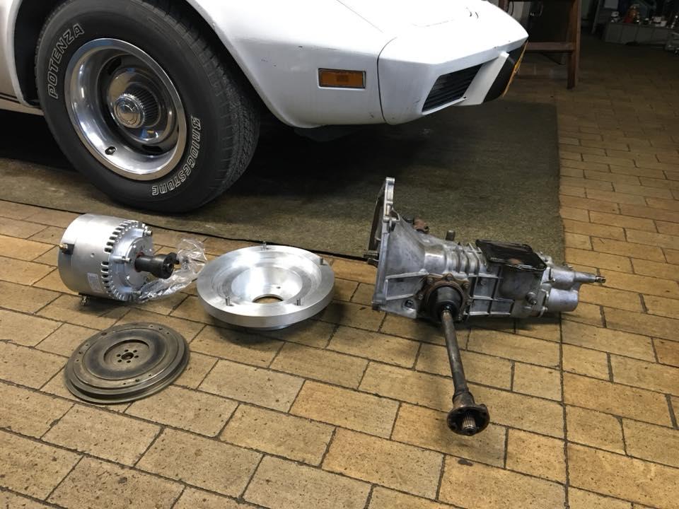 Całościowy układ napędowy - silnik elektryczny i oryginalna, manualna skrzynia biegów i sprzęgło.  Fot. Fiat 500 EV Derwisz  (FB)