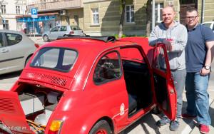 Od lewej: Jakub Zadrożny, twórca samochodu, Bartosz Gondek, publicysta motoryzacyjny zaangażowany w ten projekt.