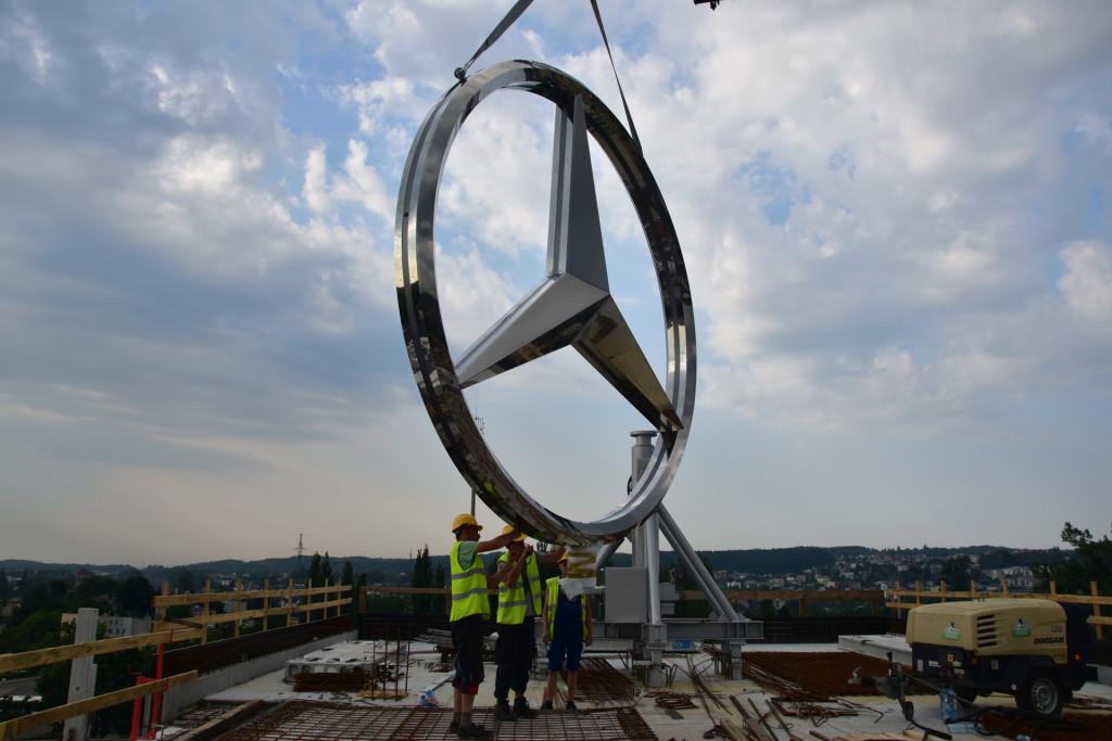 Gwiazda Mercedes-Benz nad salonem BMG Goworowski--13